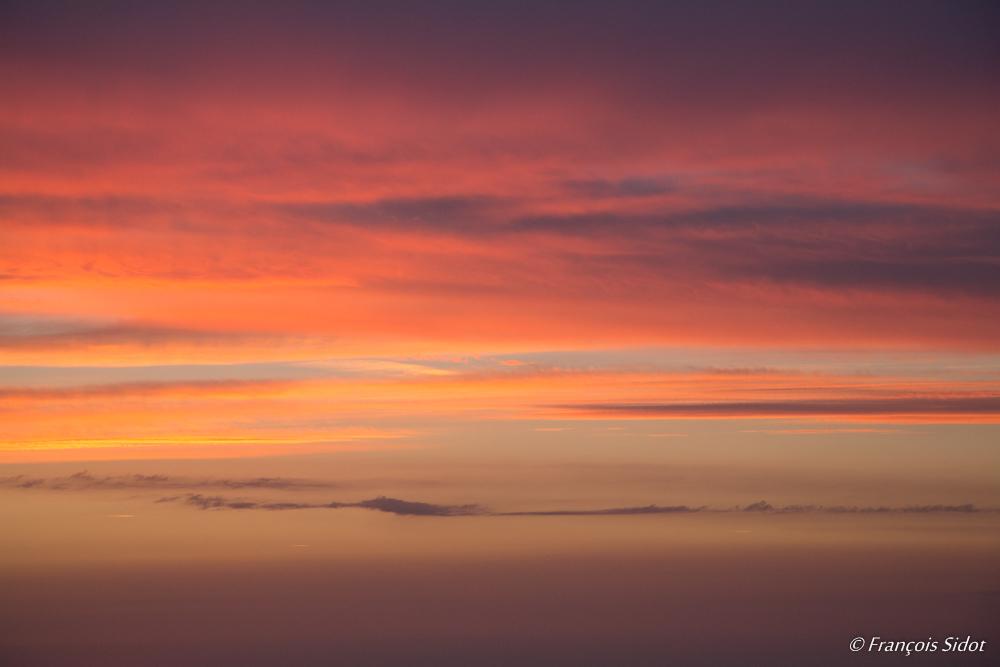 Levé du jour dans les nuages