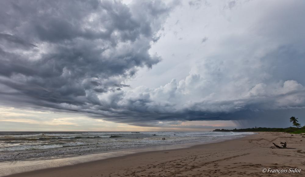 Plage et ciel pluvieux 2
